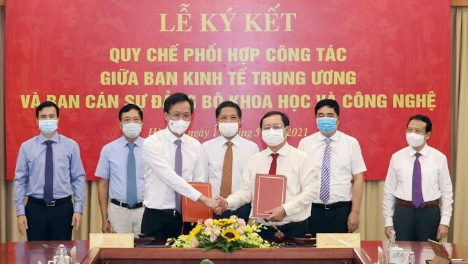 Bộ trưởng Huỳnh Thành Đạt (phải) và ông Nguyễn Hữu Nghĩa, Phó Trưởng ban Kinh tế TƯ ký kết Quy chế phối hợp. Ảnh: AT.