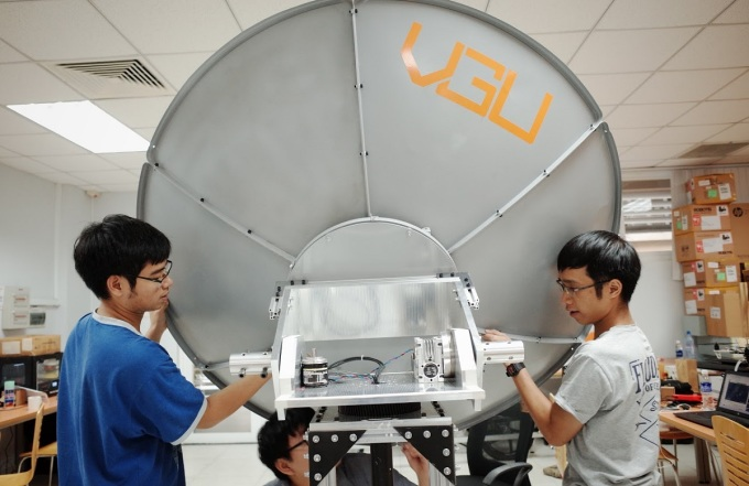 Các thành viên nhóm tiến hành lắp đặt hệ thống chảo parabol của trạm thu tín hiệu vệ tinh. Ảnh: Nhóm cung cấp.