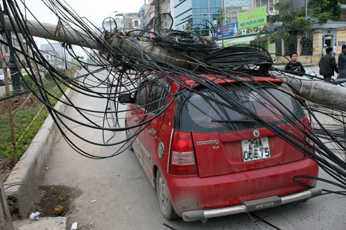 Cột điện đổ đè trúng ôtô - ô tô bà rịa