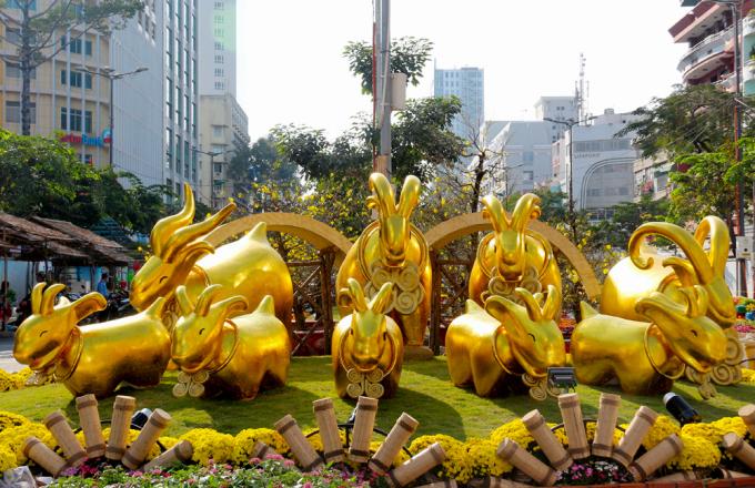"""<p class=""""Normal""""> Kết thúc đường hoa là đàn dê vàng với ý nghĩa mang lại may mắn cho mọi người trong năm mới.</p>"""