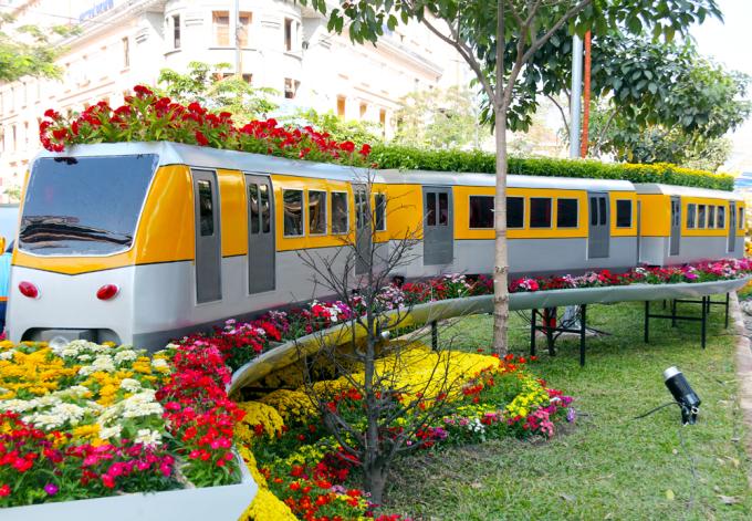 """<p class=""""Normal""""> Mô hình đoàn tàu metro đang lăn bánh tiến về phía trước thể hiện sự phát triển không ngừng của thành phố.</p>"""