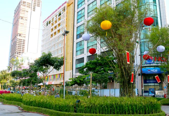 """<p class=""""Normal""""> Ruộng lúa trĩu hạt bên bụi tre xanh nằm cạnh những tòa nhà cao tầng giữa trung tâm thành phố được kỳ vọng thoả nỗi nhớ quê của những người thành thị.</p>"""