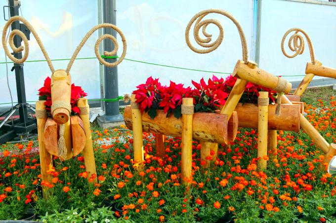"""<p class=""""Normal""""> Những chú dê được ghép bằng gỗ, trên lưng mang những chậu hoa trông rất dễ thương.</p>"""