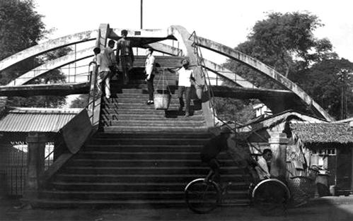 Lối lên cầu Ba Cẳng ngày xưa. Ảnh:Flickr