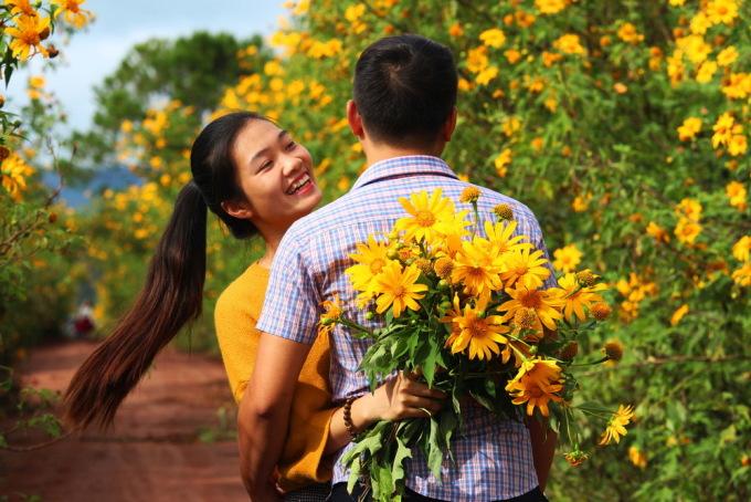 <p> Nhiều bạn trẻ không bỏ lỡ cơ hội lưu lại khoảnh khắc cùng cánh hoa dại.</p>