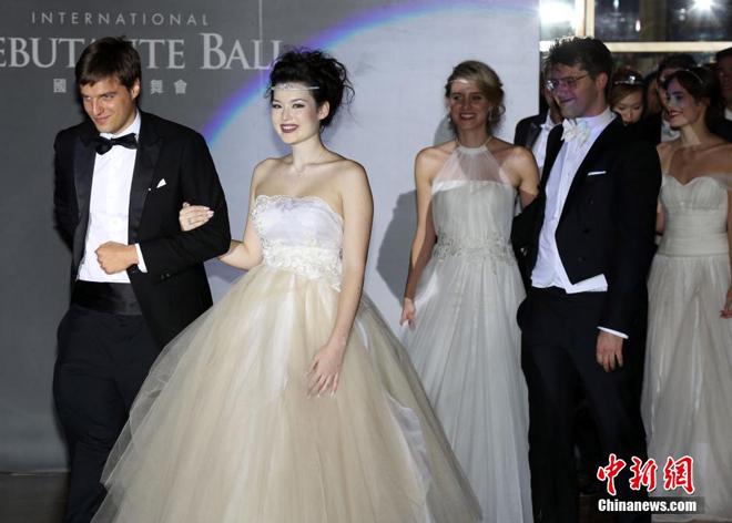 <p> Vũ hội hôm 9/1 là lần thứ 4 tổ chức ở Trung Quốc. Ảnh:<em>China News</em></p> <p> </p>