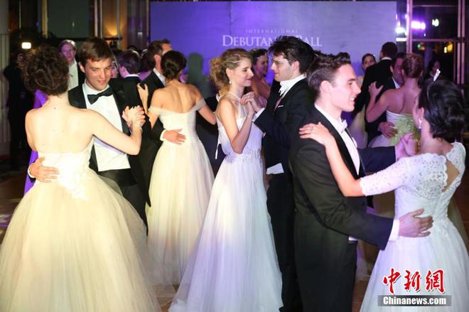<p> Theo truyền thống, những thiếu nữa đủ 16 tuổi trở lên có thể tham dự vũ hội. Bạn nhảy của các cô là những chàng trai xuất thân từ giới thượng lưu.</p> <p> </p>