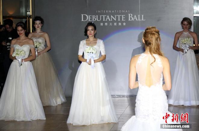"""<p> """"Debutante Ball"""" - vũ hội đánh dấu lần đầu ra mắt giới thượng lưu của các thiếu nữ con nhà quyền quý khởi nguồn từ nước Anh. Ảnh:<em>China News</em></p>"""