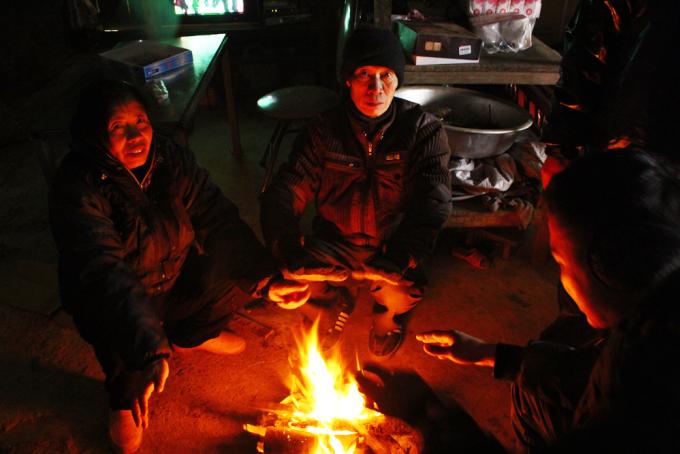 """<p class=""""Normal""""> Hạn chế ra ngoài, ngồi quây quần bên đống lửa là cách chống rét thông dụng của nhiều người dân Y Tý (huyện Bát Xát).</p>"""