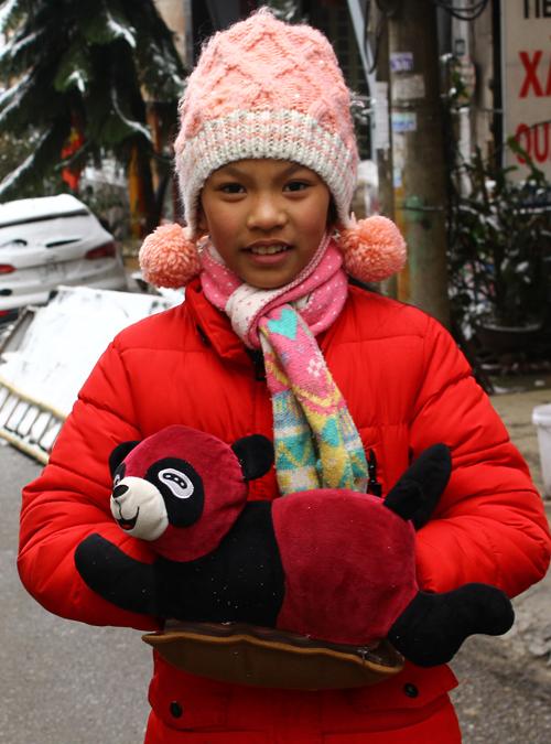 """<p class=""""Normal""""> Nhiều em gái ra đường mang theo cả túi sưởi cho ấm tay.</p>"""