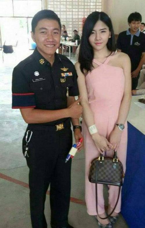 """<p> """"Đàn ông Thái Lan đi xét tuyển nghĩa vụ quân sự. Tôi xin nhắc lại là Đàn Ông nhé"""", Nant Thananan, sống và làm việc tại Bangkok, viết bình luận.</p>"""