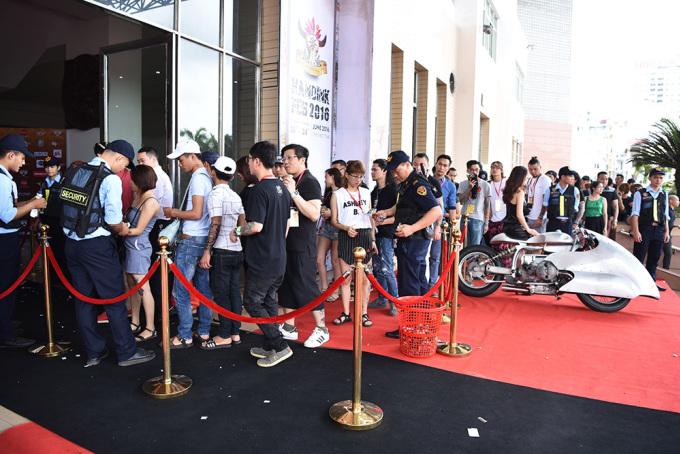 """<p class=""""Normal""""> Lễ hội khai mạc lúc 11h ngày 23/6, nhưng các bạn trẻ đã đến từ rất sớm để được xem những nghệ sĩ xăm nghệ thuật làm việc.</p>"""