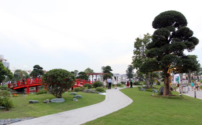 """<p class=""""Normal""""> Một khu vườn kiểu Nhật Bản với các loại cá cùng tiểu cảnh hòn non bộ trong khu công viên 14 ha.</p>"""