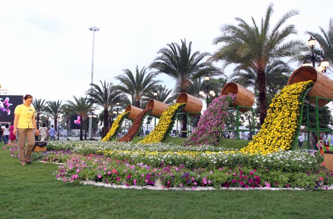 """<p class=""""Normal""""> Những tiểu cảnh hoa đầy màu sắc được bố trí thành từng cụm, trông khá bắt mắt trong công viên ven sông.</p>"""