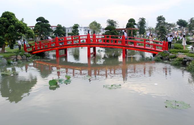 """<p class=""""Normal""""> Cây cầu nổi bật bắc qua hồ sen trong khu cảnh quan thiết kế theo phong cách Nhật.</p>"""