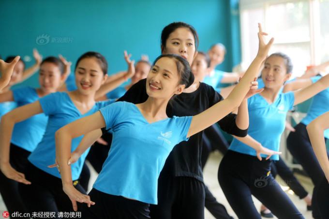 """<p class=""""Normal""""> Theo <em>Sina, </em>cuối tháng 7,tại Trung tâm đào tạo tiếp viên của thành phố Tề Nam, tỉnh Sơn Đông, Trung Quốc, hàng trăm học sinh trung học cả nam lẫn nữ đã tham gia kỳ huấn luyện kéo dài 45 ngày. Họ được dạy các kỹ năng trang điểm, múa, phát âm chuẩn, chuẩn bị cho cuộc thi tuyển sang năm.</p>"""