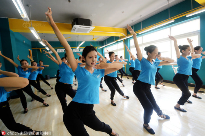 <p> Giờ học múa của các nữ tiếp viên tương lai. Múa là một phương pháp rèn luyện, giữ cơ thể mềm dẻo, đảm bảo sức khỏe cho tiếp viên.</p>