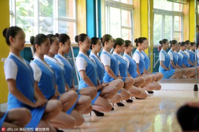 """<p class=""""Normal""""> Họ cũng được luyện mặc váy ngắn và ngồi thấp sao cho thật kín đáo.</p>"""