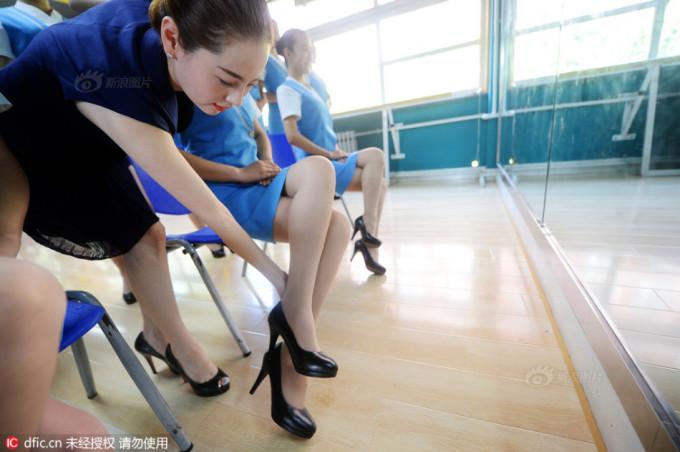 """<p class=""""Normal""""> Giảng viên chỉnh lại vị trí đặt chân của học viên.</p>"""
