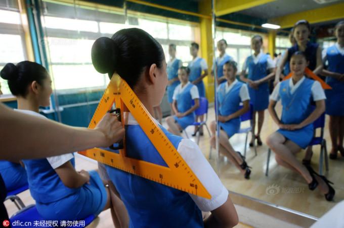 """<p class=""""Normal""""> Thậm chí giảng viên còn dùng thước đo để chỉnh lưng thẳng cho học viên.</p>"""