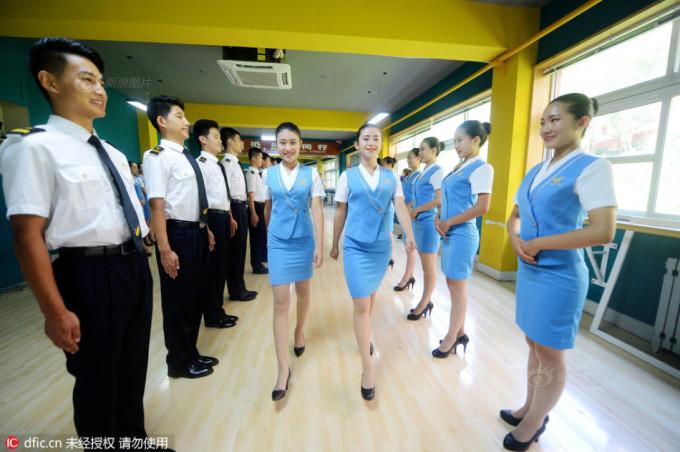 """<p class=""""Normal""""> Học viên phải luyện tập thành thục dáng đứng, bước đi, lúc nào cũng phải giữ vẻ mặt tươi cười.</p>"""