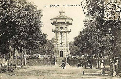 Tượng đài do người Phápxây dựngđầu thế kỷ 20ở vị trí Hồ Con Rùa ngày nay.Ảnh tư liệu