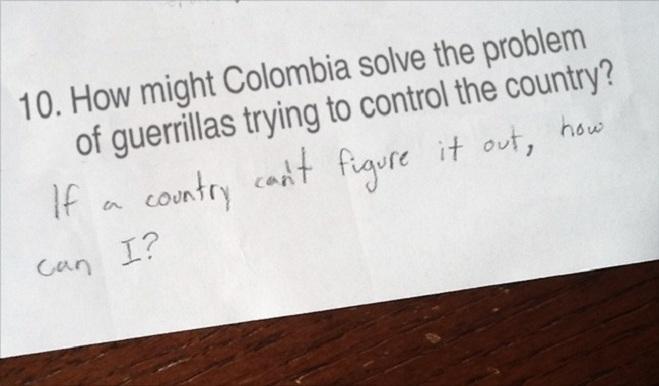 """<p class=""""Normal""""> Trong câu hỏi Colombia có thể giải quyết vấn đề quân du kích như thế nào, học sinh đã trả lời """"Nếu một đất nước không thể tìm ra giải pháp thì em làm sao có thể tìm ra được""""?</p>"""