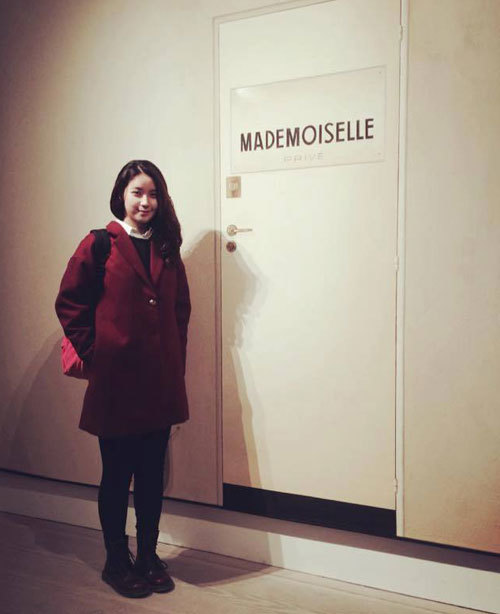 """<p class=""""Normal""""> Ngoài những khoá học ở trường, Chi và các bạn còn được tham gia miễn phí các triển lãm của những hãng thời trang nổi tiếng như Chanel, Louis Vuitton… Tại đây, nữ sinh người Việt có cơ hội chứng kiến quy trình thiết kế, làm sản phẩm hay hiểu hơn về những cảm hứng sáng tạo. Sắp tới sẽ được tới nhà máy làm túi Mulberry, Chi đang rất háo hức.</p>"""
