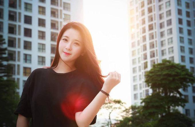 """<p class=""""Normal""""> Nguyễn Kim Chi (19 tuổi) là sinh viên năm 2 ngành Thiết kế thời trang của trường Cambridge School of Visual & Performing Arts (Vương quốc Anh). Đây là một nhánh nhỏ của Kingston University (London) - đại học đứng thứ 4-5 trong bảng xếp hạng trường thời trang tốt nhất thế giới năm 2016 của Fashionista và Ceoworld Magazine.</p>"""