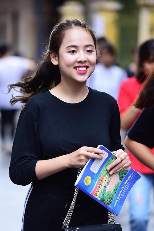 <p> Trang Nhung ở Hà Nội thi biên tập truyền hình, khá hồi hộp trước khi thi.</p>
