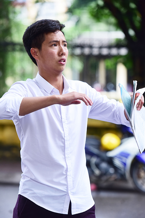 <p> Nguyễn Văn Nam ở Mộc Châu - Sơn La thi diễn viên. Nam đang diễn lại một tình huống trong tiêu phẩm đuổi ong của mình.</p>