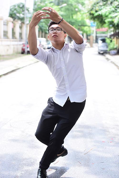 <p> Phạm Tuấn Phong ở Hà Nội thi diễn viên, Phong đang diễn lại tình huống ăn trộm và bị va chạm vào đồ vật trong nhà.</p>