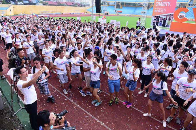 <p> Từ sáng sớm 6/8, rất đông các bạn trẻ từ khắp nơi đã có mặt ở sân vận động Hàng Đẫy khởi động để chuẩn bị tham gia giải chạy kết nối tuổi trẻ Việt.</p>