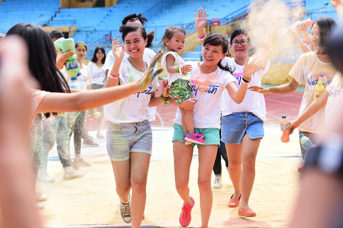 <p> Một bạn bé cũng được bố mẹ cho tham gia chạy cùng.</p>