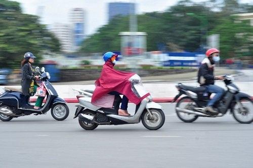 Mặc áo mưa lúc trời rét là biện pháp giữ ấm hiệu quả không phải ai cũng biết.