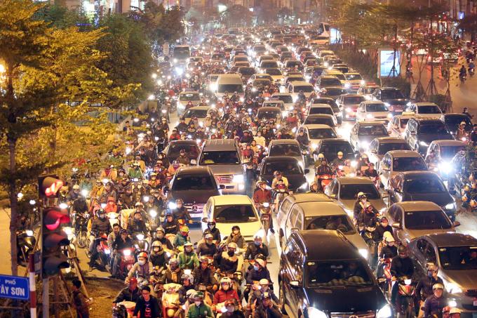 """<p class=""""Normal""""> Các con phố dẫn vào trung tâm thành phố Hà Nội ùn tắc kéo dài ngay từ chiều.</p>"""