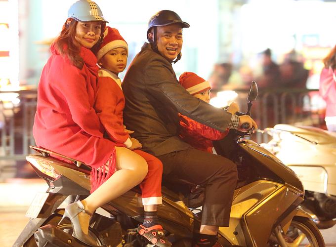 <p> Cả gia đình trong trang phục màu đỏ hào hứng đi chơi.</p>