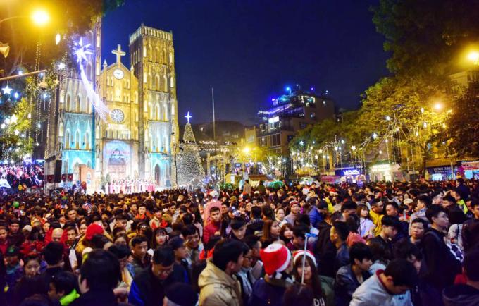 """<p class=""""Normal""""> Trước sân Nhà thờ lớn, hàng nghìn người hòa trong không khí chờ đón thời khắc Thiên Chúa giáng sinh.</p>"""