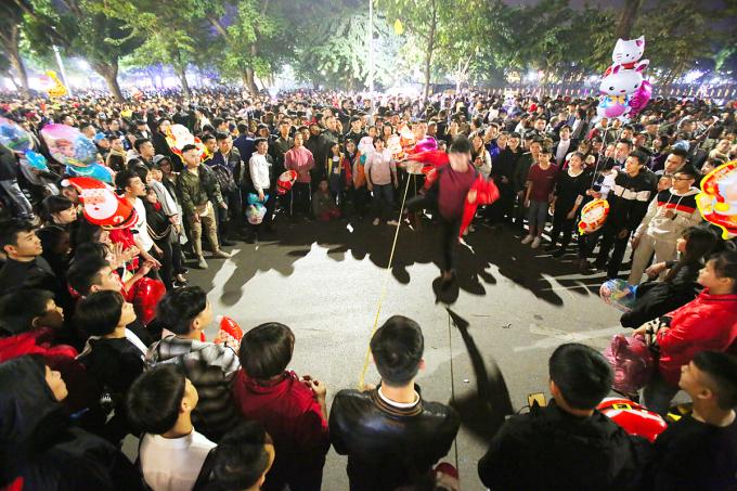 <p> Nhiều bạn trẻ tự tổ chức các trò chơi ở giữa đường, thu hút đông người tham gia.</p>