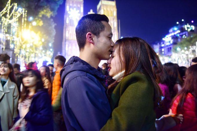 """<p class=""""Normal""""> Đôi bạn trẻ trao nhau cảm xúc dạt dào trong đêm Noel.</p>"""