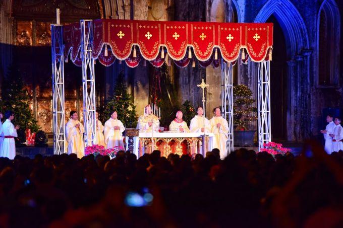 """<p class=""""Normal""""> Hàng nghìn người chăm chú chứng kiến thời khắc thiêng liêng tại Chính Tòa Hà Nội (Nhà thờ lớn).</p>"""