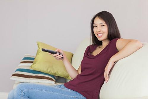 Luyện nghe tiếng Anh qua phim giúp bạn vừa học vừa thư giãn. Ảnh minh họa: Freepik