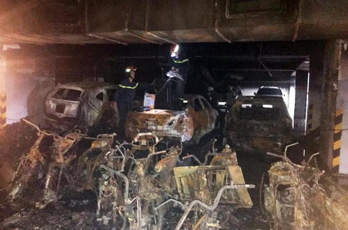 """<p class=""""Normal""""> Đám cháy chung cư Carina Plaza (quận 8, TP HCM) bùng phát ở tầng hầm rộng khoảng 1.000 m2, nơi có nhiều ôtô và xe máy. Sau vụ cháy, 13 ôtô đã bị cháy rụi hoàn toàn.</p>"""