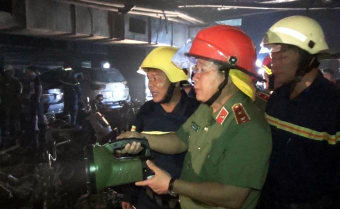 """<p class=""""Normal""""> Trưa 23/3, Trung tướng Bùi Văn Thành, Thứ trưởng Bộ Công an, cùng lãnh đạo Cảnh sát PCCC TP HCM xuống tầng hầm chung cư kiểm tra, tìm nguyên nhân vụ cháy.</p>"""