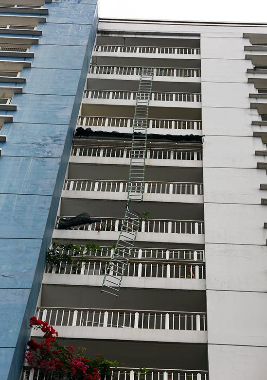 <p> Đoạn thang thoát hiểm mà người phụ nữ ngoài 50 tuổi leo từ tầng 19 được cho trượt chân rơi xuống đất tử vong.</p>