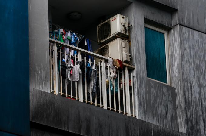 """<p class=""""Normal""""> Những bộ quần áo của các hộ dân ở tầng 4 của block A vẫn để nguyên từ khi hỏa hoạn.<span>""""Cư dân chỉ dọn đồ sử dụng được đi nơi khác và để nguyên lại hiện trường chờ cơ quan chức năng giải quyết"""", chị Lâm Trang (29 tuổi) cho biết.</span></p>"""