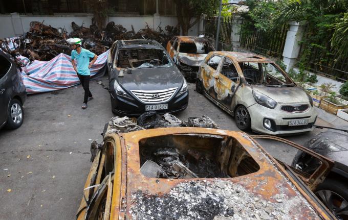 """<p class=""""Normal""""> 17 ôtô và hơn 340 xe máy bị thiêu rụi, hư hỏng được kéo ra<span>chất ở góc khuôn viên chung cư.</span></p> <p class=""""Normal""""> <span>Theo Ban quản lý tòa nhà, đối với các xe hư hỏng, cư dân tự sửa chữa, liên hệ bảo hiểm để được bồi thường. Trường hợp bảo hiểm không đền bù, chủ đầu tư sẽ hỗ trợ phần chênh lệch. Những xe bị cháy rụi hoàn toàn, chủ đầu tư và bảo hiểm sẽ mời các hộ dân lên giải quyết đền bù thiệt hại thỏa đáng.</span></p>"""