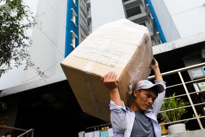 """<p class=""""Normal""""> Vẫn còn một vài hộ dân tiếp tục dọn đồ sang nơi ở mới. """"Nhà tôi ở tầng 12 nên nên việc dọn đồ khó khăn do không có thang máy. Hai ngày nay, gia đình tôi phải thuê đội dọn nhà, mất bốn triệu mà vẫn chưa thể dọn xong"""", anh Thanh Phong nói.</p>"""