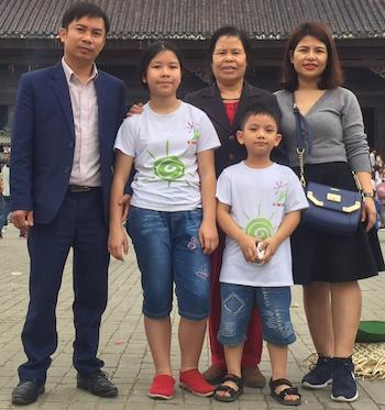 Anh Thư (áo phông trắng) cùng bố (bên trái) và mẹ (ngoài cùng bên phải).