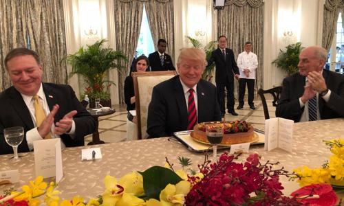 Tổng thống Mỹ Donald Trump với chiếc bánh sinh nhật sớm. Ảnh: Twitter.